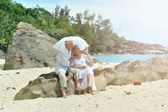 Coppie anziane in giardino tropicale fotografie stock