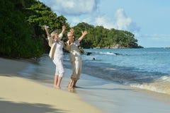 Coppie anziane in giardino tropicale fotografie stock libere da diritti