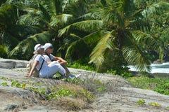 Coppie anziane in giardino tropicale immagini stock libere da diritti