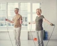 Coppie anziane positive che perdono il loro peso fotografie stock