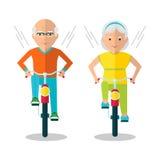 Coppie anziane sulle biciclette Fotografia Stock