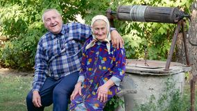 Coppie anziane sveglie che abbracciano e che sorridono all'aperto archivi video