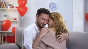 Coppie appassionate che abbracciano tenero e che baciano, femmina accarezzante maschio, amore archivi video