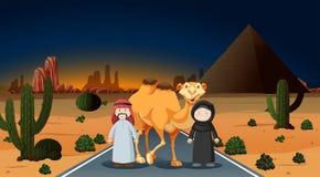 Coppie arabe con il cammello sul deserto Immagine Stock