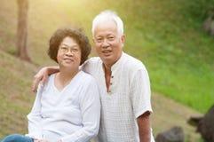 Coppie asiatiche anziane all'aperto fotografia stock
