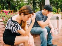 Coppie asiatiche che hanno sforzo - conflitto di relazione e di amore concentrato fotografia stock