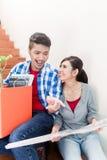 Coppie asiatiche con la disposizione di pianificazione di diagramma al suolo di nuovo apartm Fotografie Stock Libere da Diritti