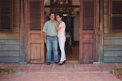 Coppie asiatiche davanti alla loro casa Fotografie Stock Libere da Diritti