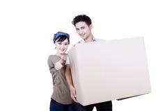 Coppie asiatiche e scatola - isolate Fotografie Stock Libere da Diritti