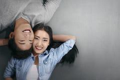 Coppie asiatiche sorridenti nel riposarsi di amore Fotografia Stock