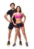 Coppie atletiche - l'uomo e la donna dopo forma fisica si esercitano su bianco fotografia stock