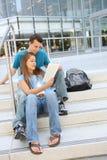 Coppie attraenti alla lettura della libreria di banco Immagini Stock Libere da Diritti