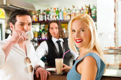 Coppie attraenti in caffè o nel coffeeshop Fotografia Stock Libera da Diritti