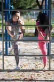 Coppie attraenti che allungano prima della forma fisica e dell'esercizio Immagine Stock