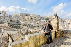 Coppie attraenti che godono della vista di vecchia città di Matera dell'Italia del sud un bello giorno soleggiato immagini stock