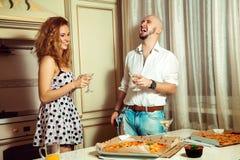 Coppie attraenti che hanno divertimento del partito, bevendo, ridendo Fotografie Stock Libere da Diritti