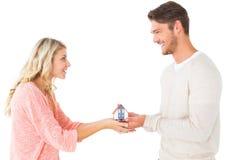 Coppie attraenti che tengono il modello miniatura della casa Fotografia Stock