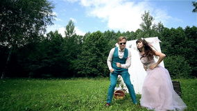 Coppie attraenti divertendosi essendo insieme, ballando, giocando chitarra, firmando, scherzando stock footage