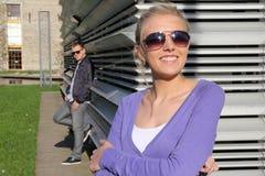Coppie attraenti in esterno nel sorridere degli occhiali da sole immagini stock libere da diritti