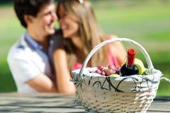 Coppie attraenti sul picnic romantico in campagna Immagini Stock