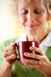 Coppie: Avere una tazza di caffè Immagine Stock