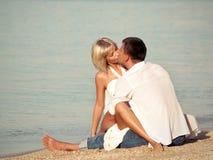 Coppie baciate sulla spiaggia Fotografia Stock Libera da Diritti