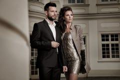Coppie belle che posano bella donna alla moda con architettura attraente Fotografia Stock