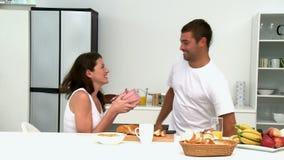 Coppie belle che preparano insieme la loro prima colazione video d archivio