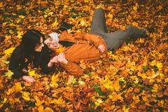 Coppie belle nella sosta di autunno Fotografie Stock Libere da Diritti