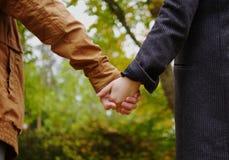 Coppie belle nella sosta di autunno Fotografia Stock Libera da Diritti
