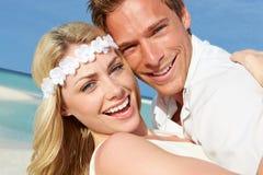 Coppie a belle nozze di spiaggia Immagini Stock