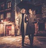 Coppie ben vestito eleganti all'aperto immagine stock