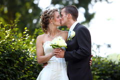 Coppie bianche dei giovani di bacio di cerimonia nuziale Fotografia Stock Libera da Diritti