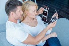 Coppie bianche felici che esaminano i risultati di ultrasuono fotografia stock