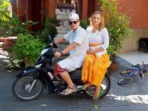 Coppie bianche sulla motocicletta nello stile di balinese Fotografie Stock Libere da Diritti