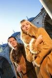 Coppie in cappotti del lambskin Immagini Stock Libere da Diritti