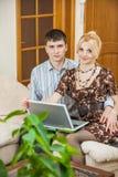 Coppie care che lavorano al computer portatile Fotografia Stock Libera da Diritti