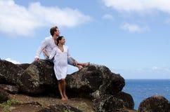 Coppie casuali felici della mixed-corsa all'oceano Fotografia Stock