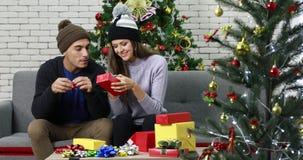 Coppie caucasiche che avvolgono il contenitore di regalo stock footage