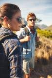 Coppie caucasiche che fanno un'escursione in natura Fotografie Stock