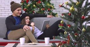 Coppie caucasiche che guardano un divertente su uno strato video d archivio