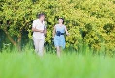 Coppie caucasiche felici che hanno buon tempo all'aperto che cammina insieme Fotografie Stock