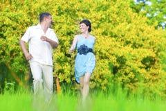 Coppie caucasiche felici che hanno buon tempo all'aperto che cammina insieme Immagini Stock