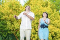 Coppie caucasiche felici che hanno buon tempo all'aperto che ride Immagini Stock