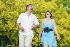 Coppie caucasiche felici che hanno buon tempo all'aperto che ride Fotografie Stock Libere da Diritti