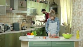 Coppie caucasiche nella cucina stock footage