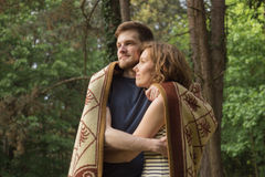 Coppie che abbracciano la foresta del ragazzo della ragazza Immagine Stock Libera da Diritti