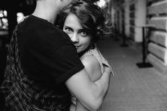 Coppie che abbracciano nella via Fotografie Stock