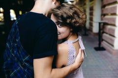 Coppie che abbracciano nella via Immagine Stock