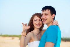 Coppie che abbracciano sulla spiaggia Immagini Stock